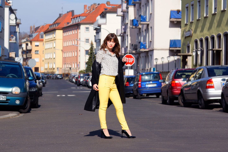 Trendfarbe Gelb: frühlingshafter Office Look