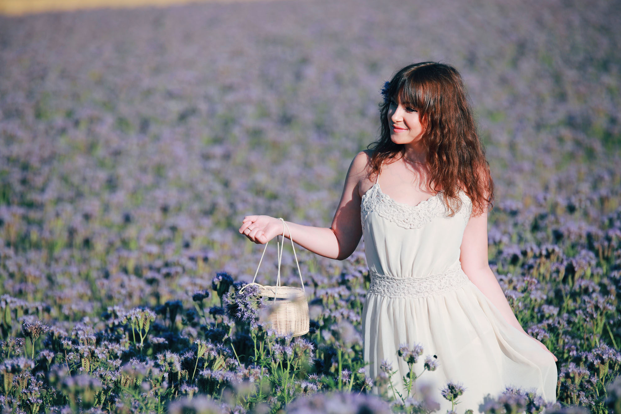 Outfit Inspiration: Romantischer Sommer Look mitten im Blumenmeer