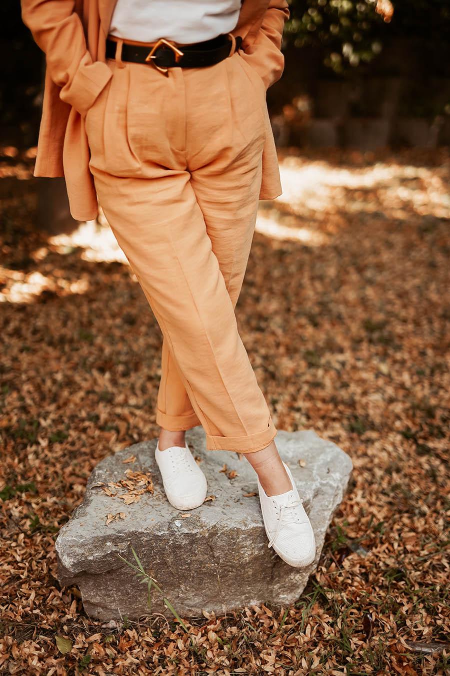 Weiße-Sneaker-Outfit-Look